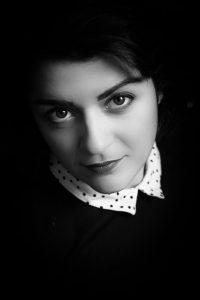 portrait d une femme en noir et blanc