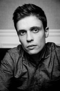 portrait d un homme en noir et blanc