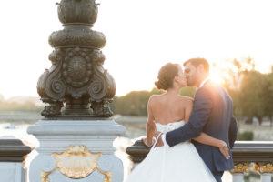 couché de soleil sur les mariés