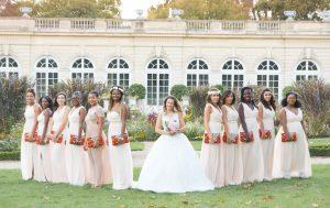Photographe de mariage à courbevoie demoiselle d'honneur en ligne pose dans le parc des bagatelles à neuilly sur seines