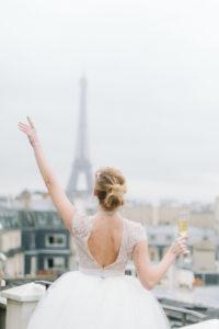 une mariée avec du champagne