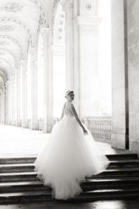 une femme au louvre en robe de mariage