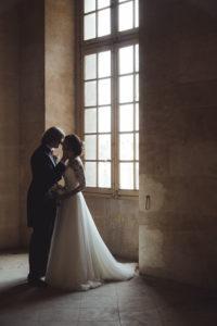 un couple s embrasse