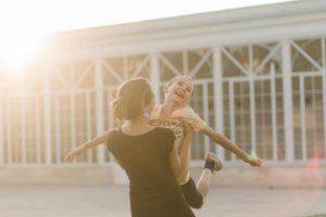 un enfant dans les bras de ses parents