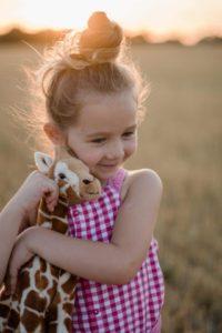 une enfant avec son doudou