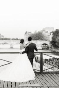 pont des arts les mariés rigolent