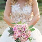 Photographe de mariage à courbevoie Photographe de naissance et mariage mariée avec bouquet de fleurs dans les main au parc des baguatelle neuilly sur seine