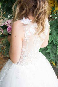 Photographe de mariage à courbevoie mariée avec bouquet de fleur dans les mains parc des baguatelle neuilly sur seine