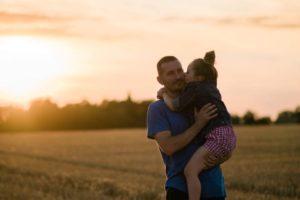 couché de soelil avec papa et sa fille