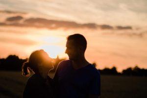un couple se regardent