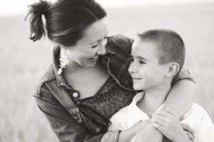 une femme rigole avec son fils